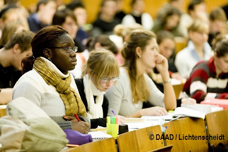 Jura-Vorlesung bei Prof. Urs Kindhäuser. MR liegt vor. AUfmerksame Stdentinnen, eine mit dunkler Hautfarbe. mündliches MR *** Local Caption ***